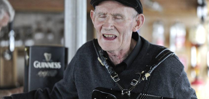 """Luxus Reise Irland Irishes Original: Martin Noon - letzter Statist aus John Ford`s """"The Quiet Men"""" und täglicher Unterhalter auf der """"M.V. Isle of Inisfree"""""""