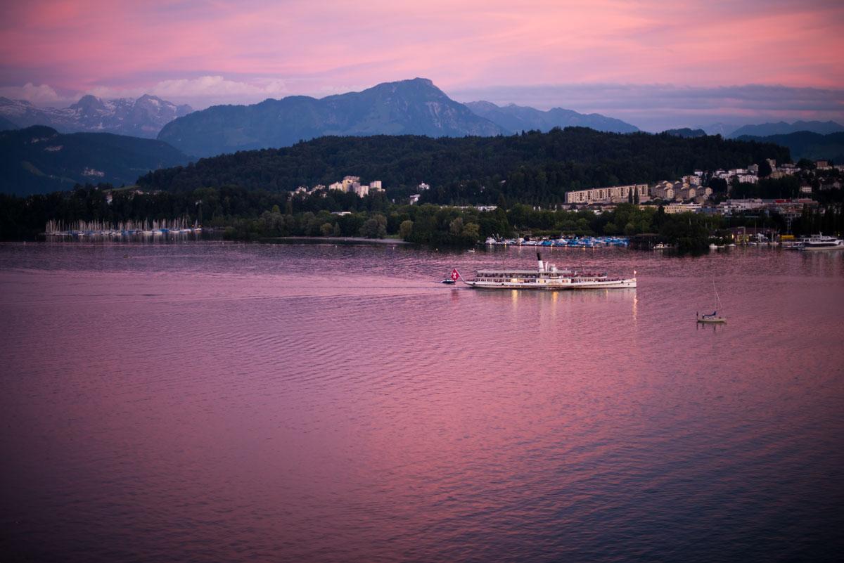 Abendstimmung am Vierwaldstättersee. Der historischen Raddampfer Unterwalden bei Luzern.