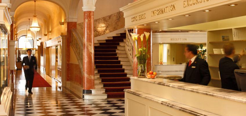 Lobby im neuen Glanz vergangener Zeiten - das Palace Luzern