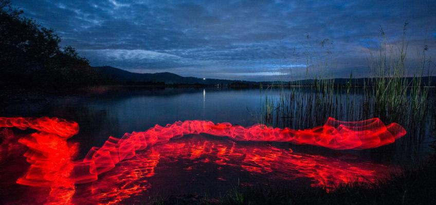 Lightpainting Red Snake fotografiert am Starnberger See von Bernhard Rauscher