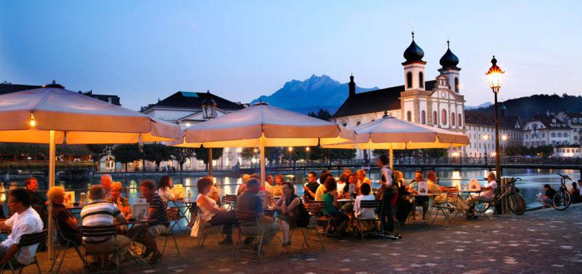 Abendstimmung in einem der vielen Straßencafes im Zentrum von Luzern