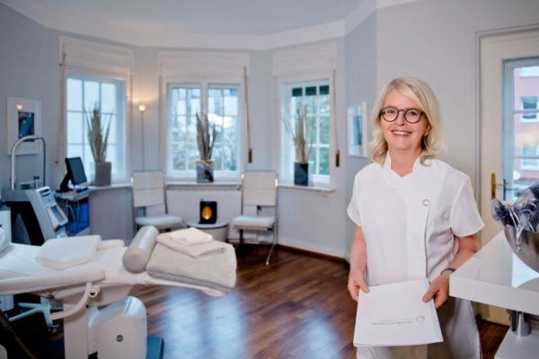 Cornelia Rieker von Skinkosmedic in einem Ihrer Behandlungsräume in der Maximilianstraße Starnberg
