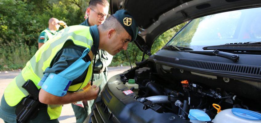Frontexbeamte auf der Jagd nach gefälschten Pässen