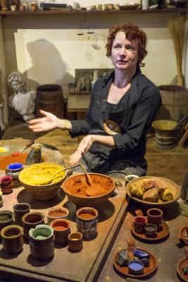 im Rembrandthaus erfahren die Besucher wie aus Pigment und Leinöl echte Ölfarbe entsteht