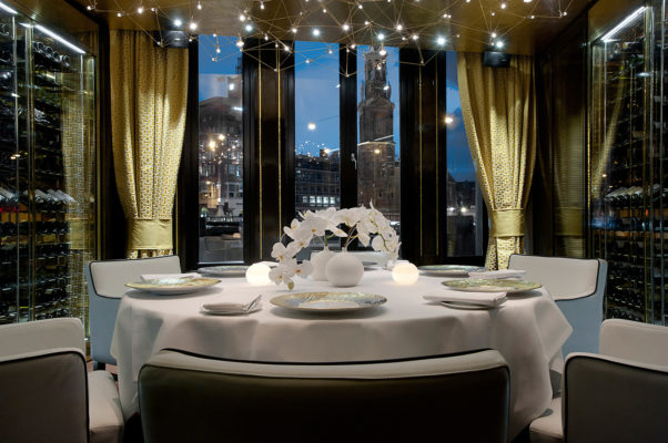 Das Hotel Okura Amsterdam gehört zu den führenden Hotels Amsterdams und bietet neben japanisch minimalistisch  angehauchtem Design, auch gleich noch 2 weitere Sternerestaurants: das Yamazato Restaurant und das Teppanyaki Restaurant Sazanka