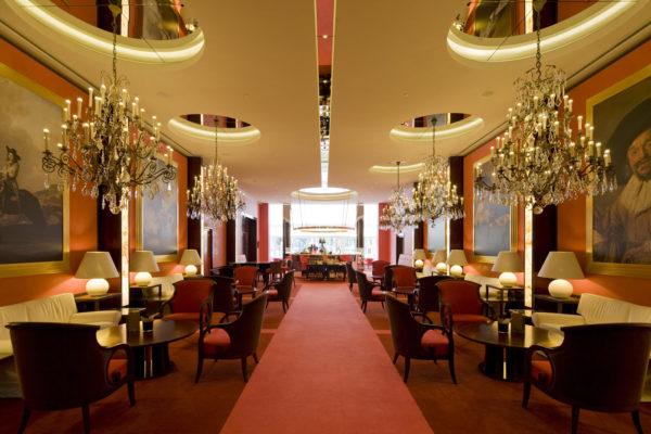 """Das zu den Leading Hotels of the World gehörige Hotel De L'Europe blickt auf eine architektonische Tradition bis ins 12. Jahrhundert zurück. Zentral gelegen bietet es nicht nur jeden erdenklichen Luxus, es beherbergt auch das mit 2 Michelin Sternen ausgezeichnete Restaurant """"Bord'Eau"""""""